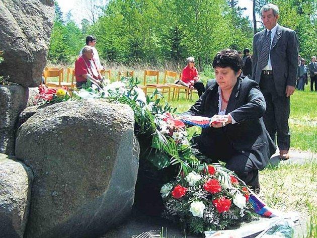 Uctít památku Romů přišla i ministryně Džamila Stehlíková.