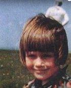 V roce 1964 si muž fotografoval dívku, co stála venku úplně sama. Na vyvolaném snímku se ale zničehonic objevil kosmonaut.