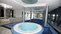 Krejčíř si užíval například luxusní vnitřní bazén.
