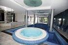 Krejčíř si užíval luxusní vnitřní bazén.