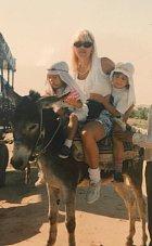 Eva s maminkou a bratrem na dovolené v Tunisku. Tehdy jí byly tři roky.