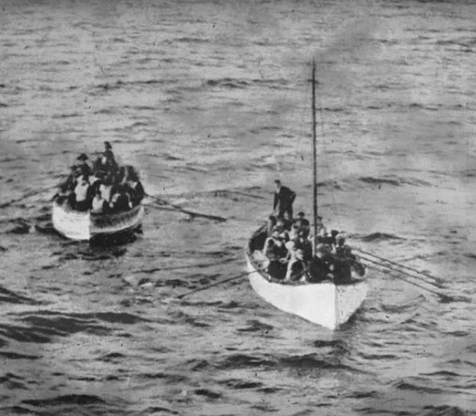 První záchranné čluny, které připluly k lodi Carpathia.
