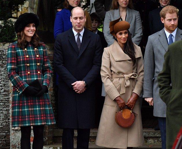Kate Middleton smanželem, princem Williamem, a Meghan Markle se svým snoubencem, princem Harrym.