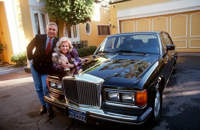Odroku 1986 žije sFrérédikem Prinzem von Anhalt. Luxus jim nechybí. Všimněte si Rolls Royce se speciální značkou.
