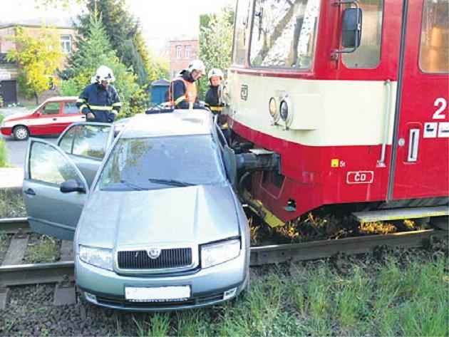 Osobní automobil se srazil s vlakem.