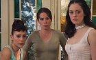 Na konci třetí série umírá nejstarší sestra a dvě mladší nachází nejmladší Paige, o jejíž existenci neměly ani tušení. Byla totiž potomkem jejich matky a jejího světlonoše (strážce). Opět jsou tři a opět bojují se zlem. A kdo byly sestry a jejich okolí?