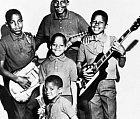 V šesti letech už zpíval se sourozenci v kapele.