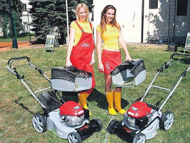 Diana Kobzanová (vlevo) a Kateřina Sokolová si vyzkoušely úplně nové stroje na sekání trávy značky AL-KO.