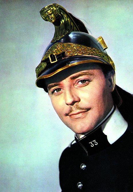 Jako poručík dragounů vkomedii Velké manévry (1955)