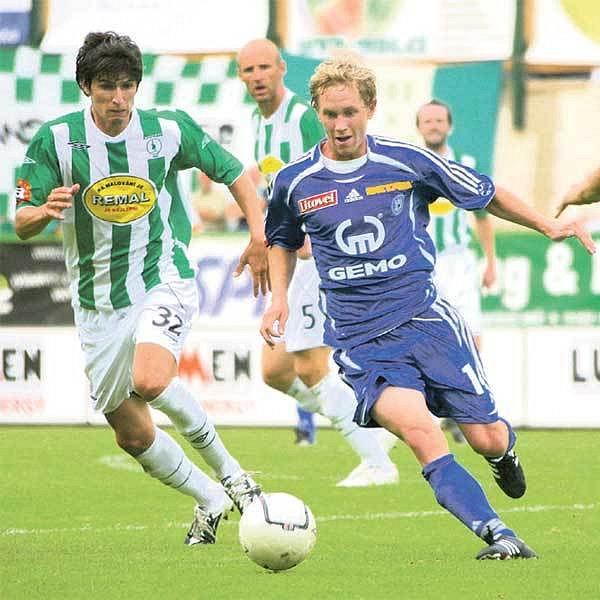 Záložník Bajer (vpravo) si zahraje nizozemskou ligu, Olomouc umí zpeněžit své hráče.
