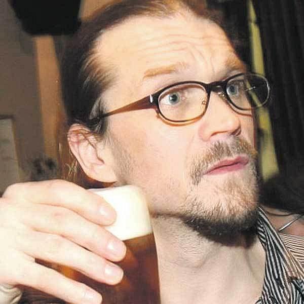 Dan Bárta pil jeden drink za druhým - vystřídal pivo, panáky i koktejly.