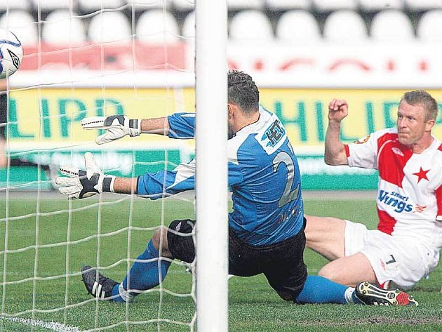 Slavia smazala střelecké prokletí! Útočník Vlček překonal brankáře Mladé Boleslavi Millera.
