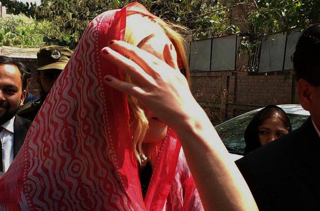 Pašeračka Tereza musí hořce litovat, že někdy nějaký heroin pašovala. Za zdmi pákistánské cely je už dva roky, ale nikdy se zřejmě nebála tak, jako teď.