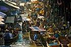 Takhle vypadá proslulý plovoucí trh v Bangkoku.