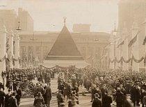 Pyramida z helem německých vojáků. Američani ji udělali uprostřed ulice v New Yorku, aby tak oslavili své vítězství nad německou nadvládou.