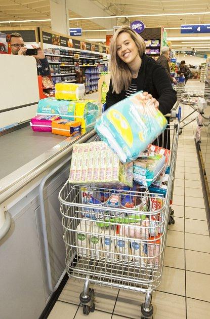Ipřes zápřah vrodině přišla Tamara podpořit Národní potravinovou sbírku vTescu.
