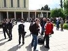 Před síní stály jen hrstky návštěvníků a novinářů.