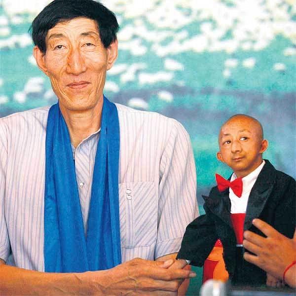 Nejmenší muž světa se setkal s druhým největším na obrově svatbě v severní Číně!