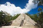 Pyramida vCobá se jmenuje Nonoch Mul (Velká hromada) apojejích rozpadlých schodech se dá dovýšky 42 metrů vylézt.