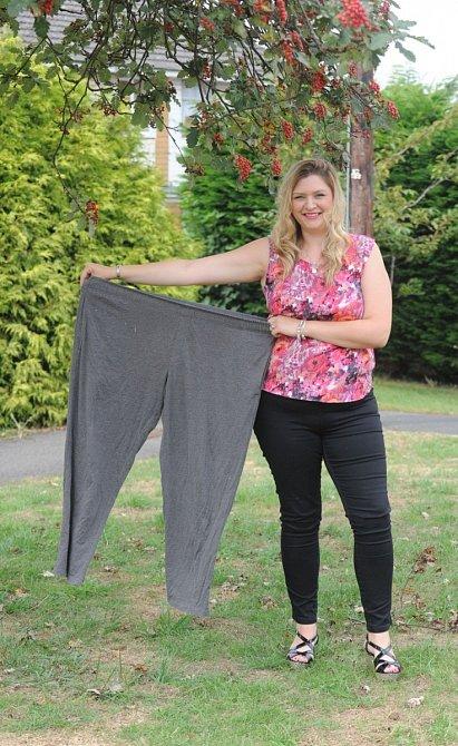 Lara se svým těhotenským oblečením.