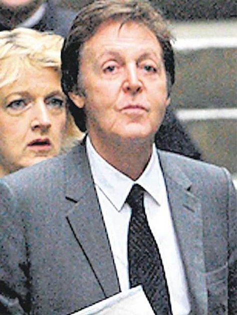 Paul McCartney a Heather Mills odcházejí od soudu. Na obou je už znát uvolnění, že je vše vyřízeno.