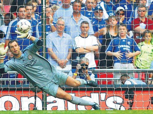 Vzácný snímek - Petr Čech po čase v brance bez helmy. Rooney však žádné ohledy neměl a posunul Manchester United k trofeji pro vítěze anglického Superpoháru.