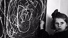 Tato dívka se narodila v koncentračním táboře. Po osvobození byla předána do péče psychiatrům a psychologům. Když jí dali za úkol, aby namalovala domov, vytvořila to, co vidíte na tabuli. Význam slova domov nikdy nepoznala.