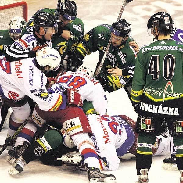 Karlovarští (v zeleném) i Budějovičtí nebyli na ledě žádnými kamarády.