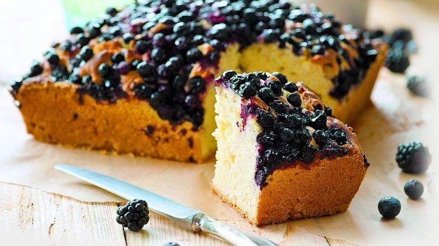 Nadýchaný ovocný koláč s borůvkami