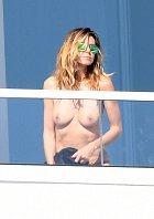 Heidi Klumová na balkóně v Miami.