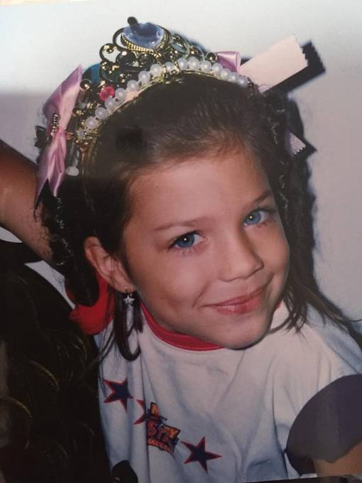 Eva v kloboučku a s korunkou. Bylo jí 6 let.