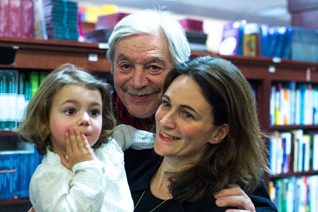 Herec se svou snachou Caroline a milovanou vnučkou Elou.
