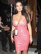 Americká modelka v těsných růžových šatech způsobila pořádný poprask.