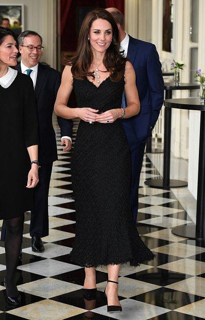Kate Middleton se ijako matka umí odvázat. Domů šla až pozdě vnoci.