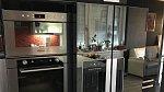 Lednici má plnou jídla, ale také vychlazených lahví vína.