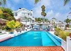 Dům disponuje osmi ložnicemi, osmi koupelnami, na pozemku před domem je obrovský bazén, nechybí vířivka ani umělé vodopády. A navíc – dvojice to bude mít jen pár kroků na pláž.