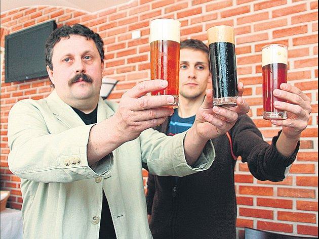 Sládek Josef Krýsl (vlevo) se svým synem Petrem představují v plzeňském Pivovarském dvoře staronovou pivní značku.