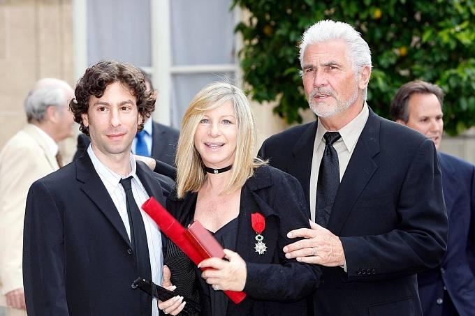 Barbra vespolečnosti syna Jasona adruhého manžela Jamese Brolina. Nahrudi má francouzské státní vyznamenání.