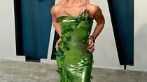 Donatella Versace byla jako vždy k nepřehlédnutí. Obličej zohavený plastikami a zelené šaty však nejsou úplně to pravé ořechové.
