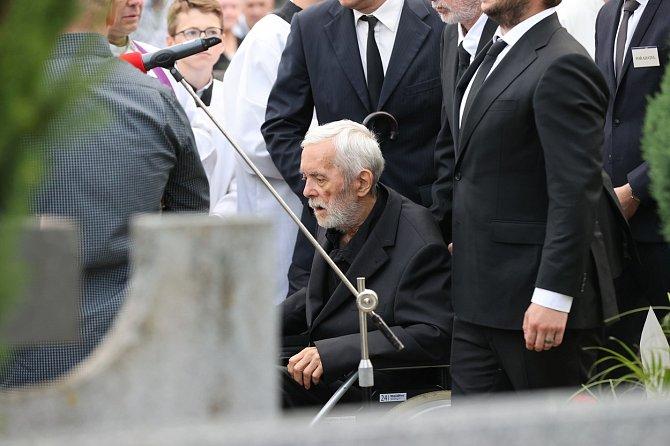 Ani vzdálenost a křehké zdraví nezabránily Josefu Abrhámovi, aby se vydal do moravských Šlapanic, kde byly uloženy ostatky jeho Libušky.