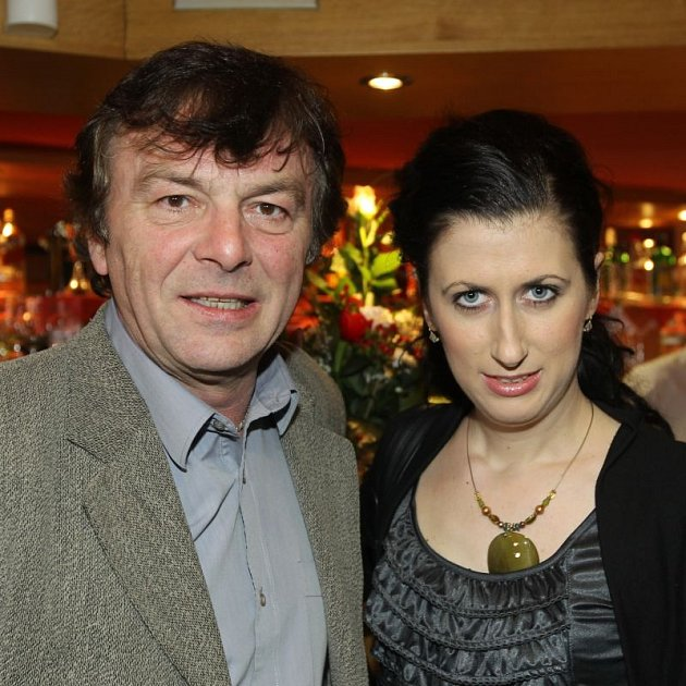 Pavel Trávníček svou přítelkyni buzeruje.