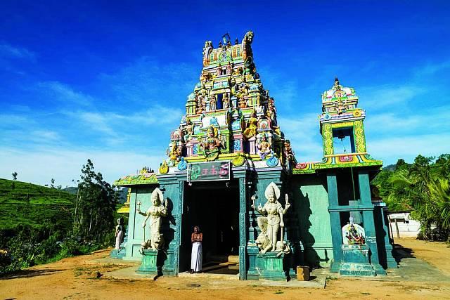 Vokolí vrcholu stojí řada svatyní. Tahle je hinduistická.