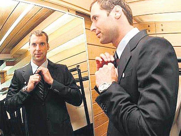 Brankář české reprezentace Petr Čech předvádí nový oblek od Armaniho.