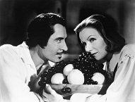 S Johnem Gilbertem si zahrála v několika filmech a také si ho málem vzala.