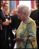 Alžběta se sklenkou v ruce tráví čas údajně už od rána.