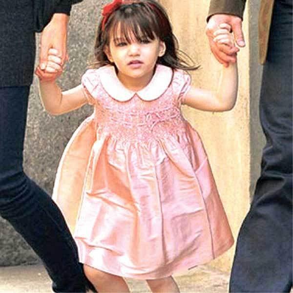 Dcera hereckého páru Tom Cruise a Katie Holmes Suri byla časopisem OK! zvolena nejlépe oblékaným dítětem Hollywoodu. Rodiče jí kupují oblečení od nejznámějších návrhářů jako jsou Armani nebo Versace.