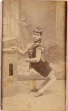 Ella Harper, dívka, které se říkalo Velbloudí děvče.