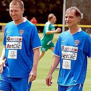 V charitativním utkání v rámci MFF se na dvorském stadionu střetla mužstva Výběr Karlovarska a Real Top Praha.