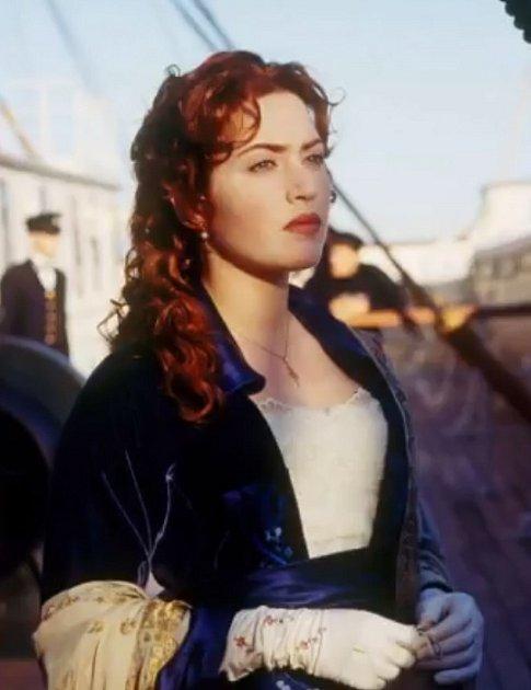 Řeč je samozřejmě oTitanicu. Kate Winslet vtomto filmu oblékla nespočet oděvů, ale právě tyhle měla na obalu a ve slavné scéně na přídi lodi.