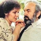 Zdeněk Svěrák a Ivona Krajčovičová prožívali milostné vzplanutí ve filmu Jako jed, ve skutečnosti při natáčení slovenská herečka nešťastně zamilovaného Svěráka odmítala.